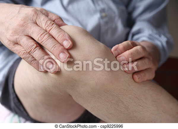 man experiencing sore knee - csp9225996