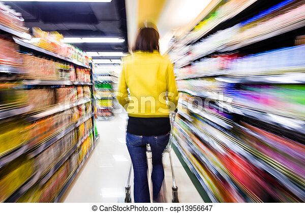 Comprando en el supermercado, el movimiento borroso - csp13956647