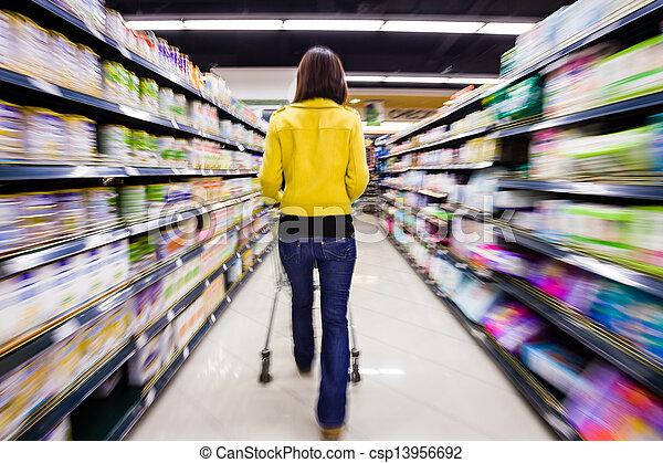 Comprando en el supermercado, el movimiento borroso - csp13956692