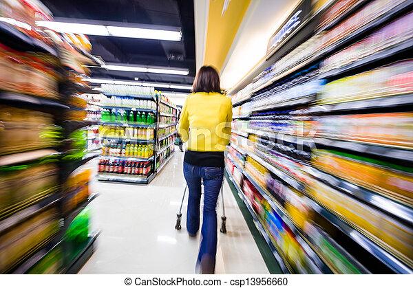 Comprando en el supermercado, el movimiento borroso - csp13956660