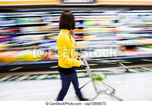 Comprando en el supermercado, el movimiento borroso - csp13956573