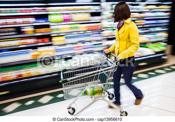 Comprando en el supermercado, el movimiento borroso - csp13956610