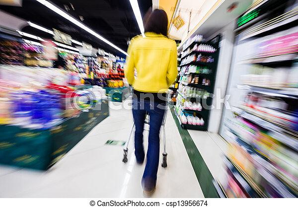 Comprando en el supermercado, el movimiento borroso - csp13956674