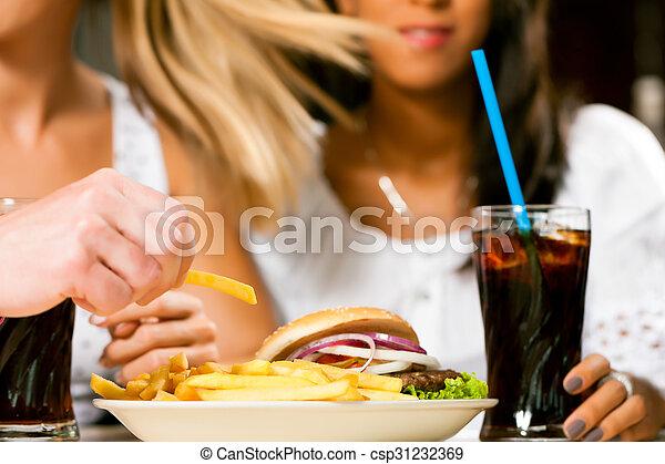 manger, deux, soude, hamburger, boire, femmes - csp31232369
