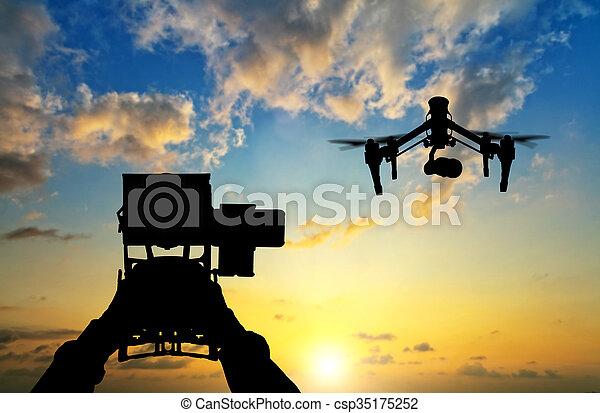 maniement, silhouettes, bourdon, coucher soleil, mains, homme - csp35175252