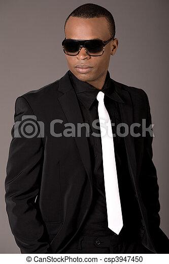Ein hübscher schwarzer Mann im Anzug - csp3947450