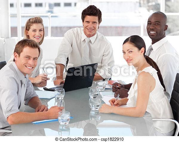 Ein junges multi-kulutre-Geschäftsteam bei der Arbeit - csp1822910