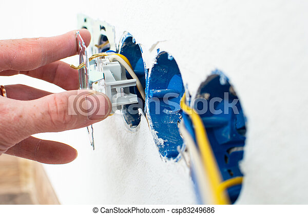 manos, enchufe, instalación, eléctrico, electricista, nuevo hogar - csp83249686