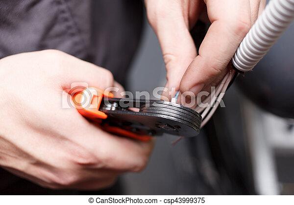 Manos de joven electricista. - csp43999375