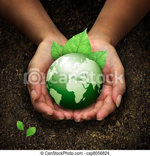 Manos humanas sosteniendo tierra verde - csp8056824