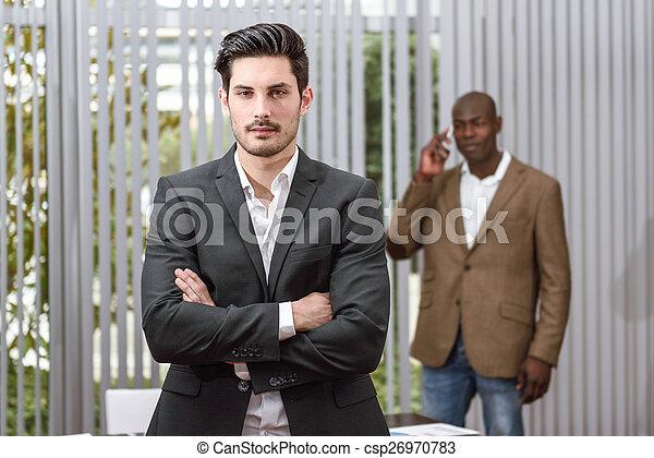 mantener, joven, formalwear, brazos, alegre, cruzado, hombre de negocios - csp26970783