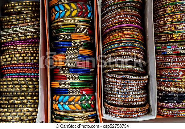 qualité et quantité assurées plusieurs couleurs Super remise Many colorful Indian bracelets in box on market