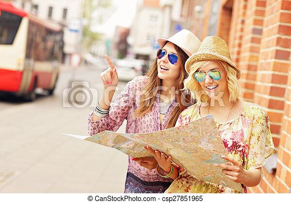 Dos amigos usando mapa en la ciudad - csp27851965
