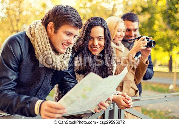 mapa, amigos, grupo, cámara, aire libre - csp29595072