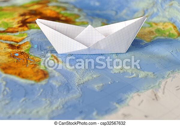 Barco de papel en un mapa del mundo - csp32567632