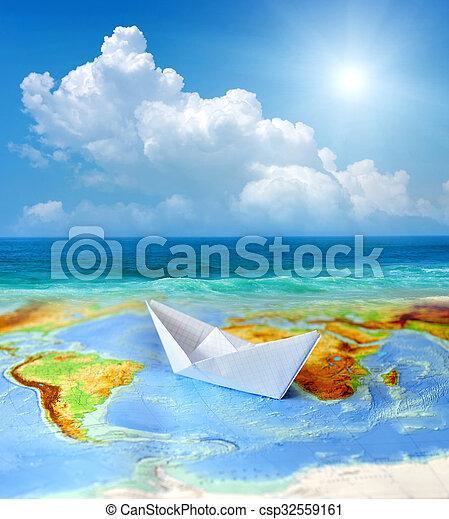 Barco de papel en un mapa del mundo - csp32559161