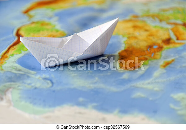 Barco de papel en un mapa del mundo - csp32567569