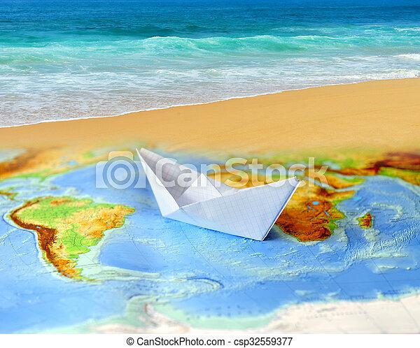 Barco de papel en un mapa del mundo - csp32559377