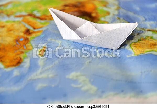 Barco de papel en un mapa del mundo - csp32568081