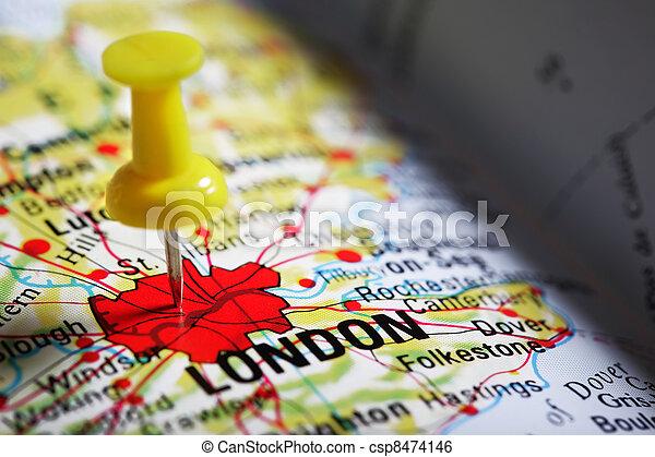 Pulgarcito en un mapa - csp8474146