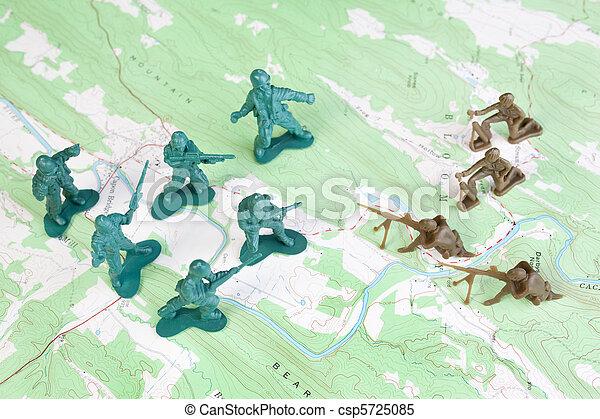 Hombres del ejército de plástico luchando por la visión del general de mapa topográfico - csp5725085