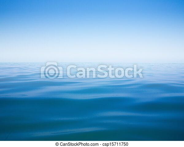El cielo despejado y el mar calmo o el agua de la superficie - csp15711750