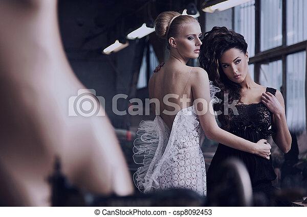 Dos hermosas damas en una vieja fábrica - csp8092453