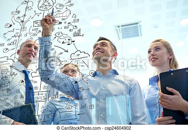 Gente sonriente de negocios con marcadores y pegatinas - csp24604902