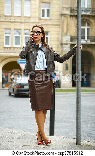 Marche conversation femme affaires bas t l phone photographie de stock rechercher - Femme porte jarretelle photo ...