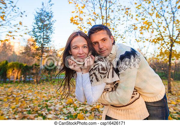 marche, famille, ensoleillé, parc, deux, automne, diminuez jour, heureux - csp16426171