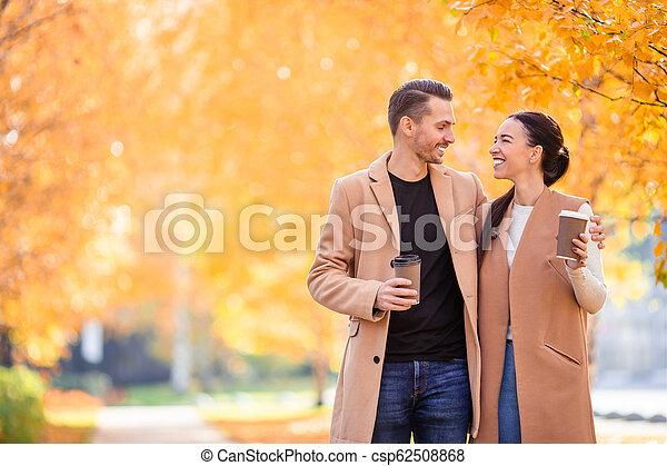 marche, famille, ensoleillé, parc, automne, diminuez jour, heureux - csp62508868