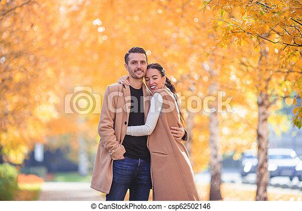 marche, famille, ensoleillé, parc, automne, diminuez jour, heureux - csp62502146