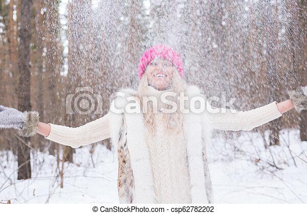 marche, femme, hiver, lancement, parc, avoir, ensoleillé, jeune, sourire, snow., dehors, amusement, portrait, froid, girl, jour - csp62782202