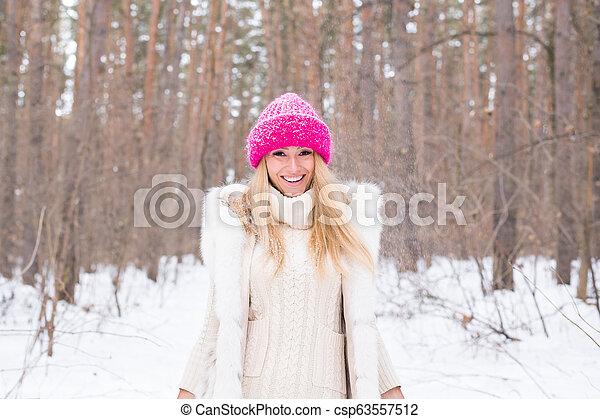 marche, femme, hiver, lancement, parc, avoir, ensoleillé, jeune, sourire, snow., dehors, amusement, portrait, froid, girl, jour - csp63557512