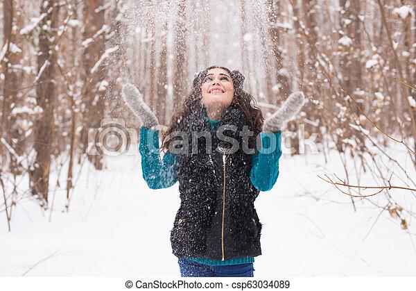 marche, femme, hiver, lancement, parc, avoir, ensoleillé, jeune, sourire, snow., dehors, amusement, portrait, froid, girl, jour - csp63034089
