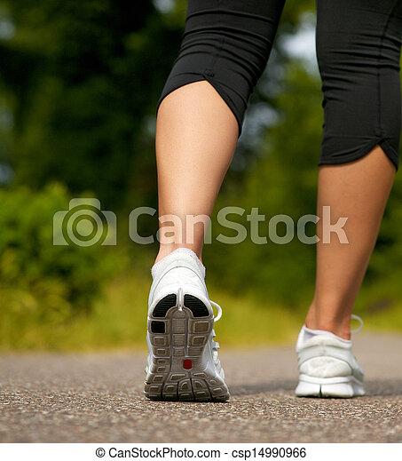 marche, femme, jeune, espadrilles, dehors, blanc - csp14990966