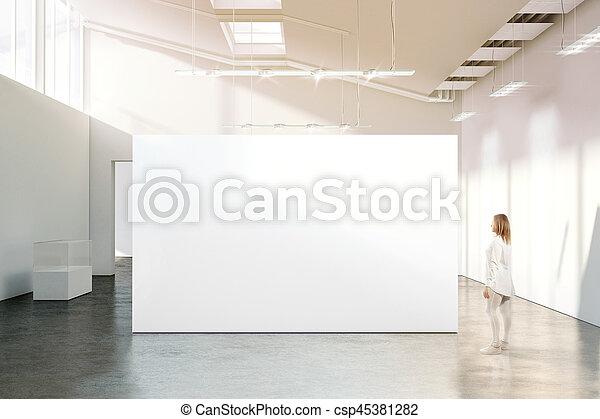 Marche, femme, mockup, mur, moderne, vide, blanc, galerie. Marche ...