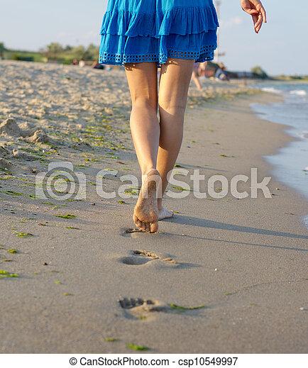 marche, femme, pieds nue, sable, mouillé - csp10549997
