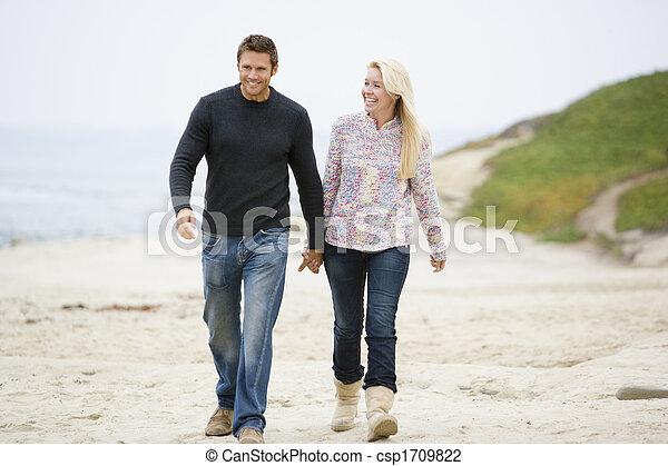 marche, mains tenue couple, sourire, plage - csp1709822