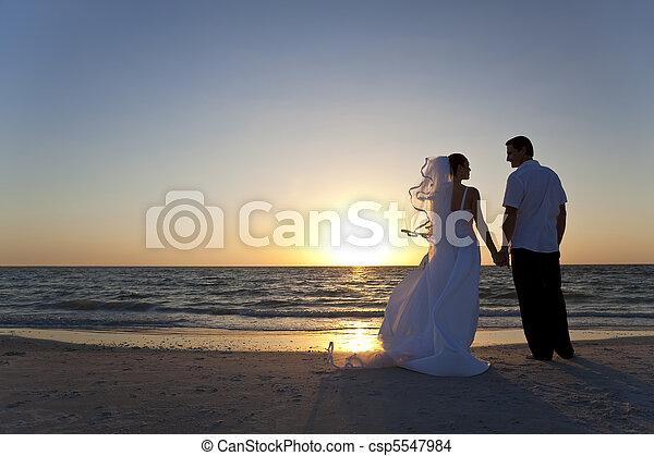 mariés, &, couple, palefrenier, mariée, coucher soleil, mariage, plage - csp5547984