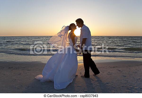 mariés, &, couple, palefrenier, mariée, coucher soleil, mariage, baisers, plage - csp8037943