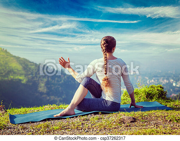 marichyasana femme yoga asana pratiques montagnes