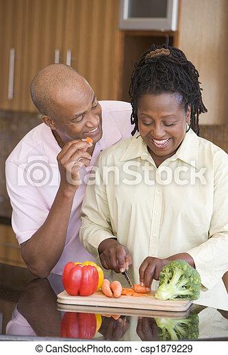 Marido y mujer preparando una comida, hora de comer juntos - csp1879229