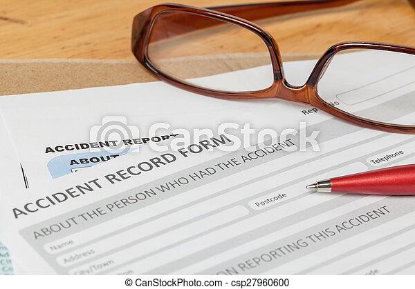 Informe de accidentes formulario de solicitud y pluma en sobre marrón y gafas, seguro de negocios y concepto de riesgo; documento es maqueta - csp27960600