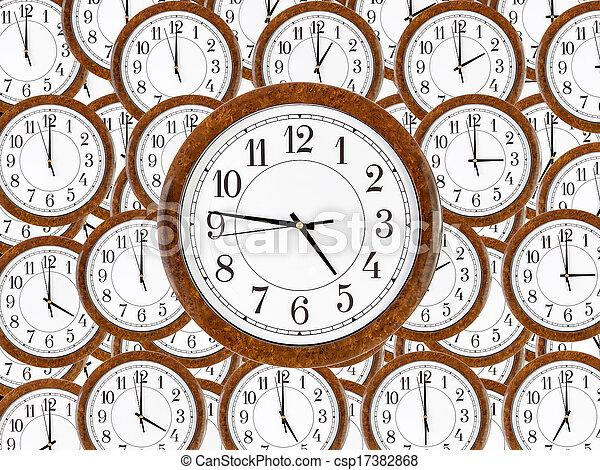Un juego de relojes de pared con marco de madera marrón - csp17382868