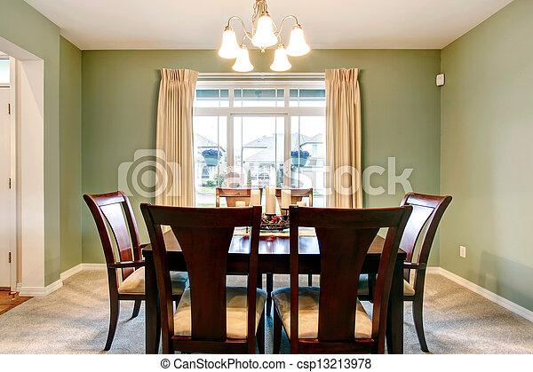 El interior del comedor verde con muebles marrones clásicos. - csp13213978