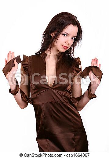 Mujer con vestido marrón - csp1664067
