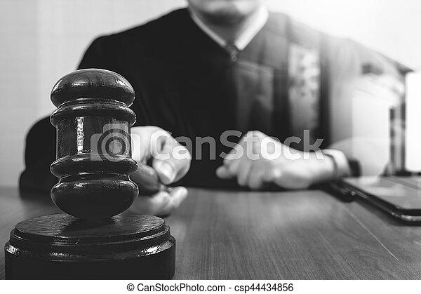marteau, tablette, justice, droit & loi, numérique, fonctionnement, frappant, mâle noir, clavier, bois, concept., salle audience, amarrage, informatique, juge, table, blanc - csp44434856