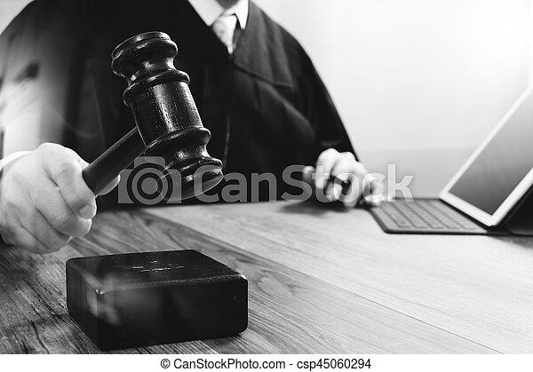 marteau, tablette, justice, droit & loi, numérique, fonctionnement, frappant, mâle noir, clavier, bois, concept., salle audience, amarrage, informatique, juge, table, blanc - csp45060294