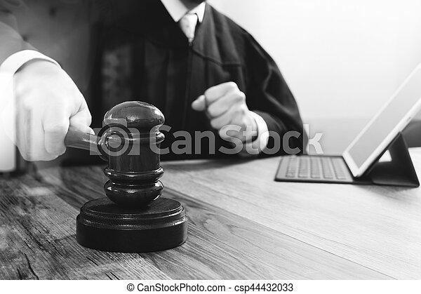 marteau, tablette, justice, droit & loi, numérique, fonctionnement, frappant, mâle noir, clavier, bois, concept., salle audience, amarrage, informatique, juge, table, blanc - csp44432033